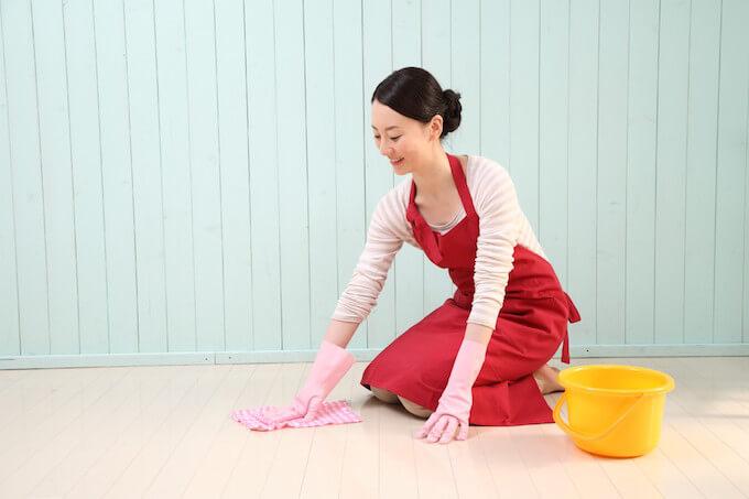 床拭きする女性