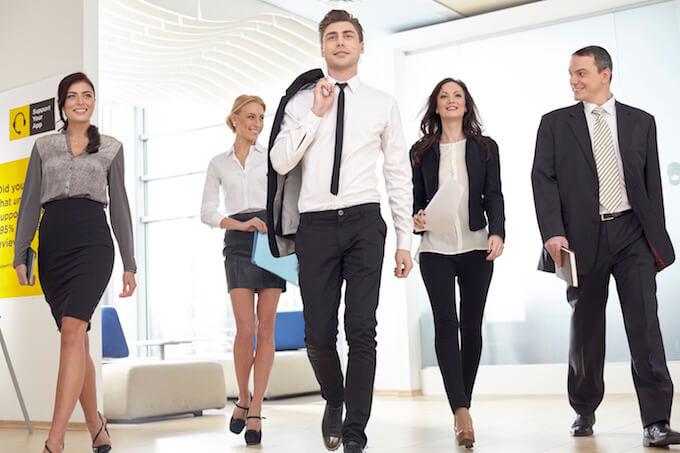 さっそうと歩くビジネスマン