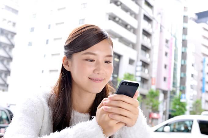 スマホアプリを使う女性
