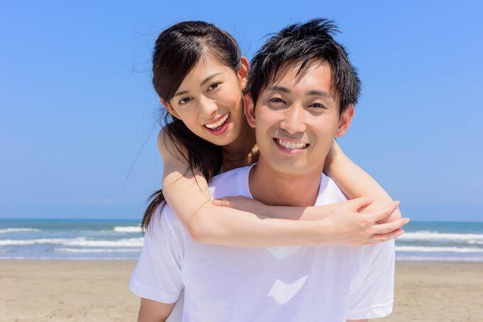 海辺にいる仲良しのカップル