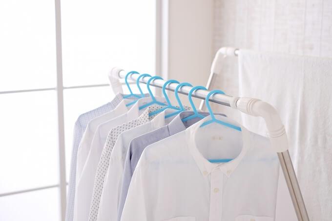 部屋干しのシャツ