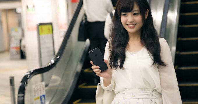 菊名駅の改札をSuicaで出る女性