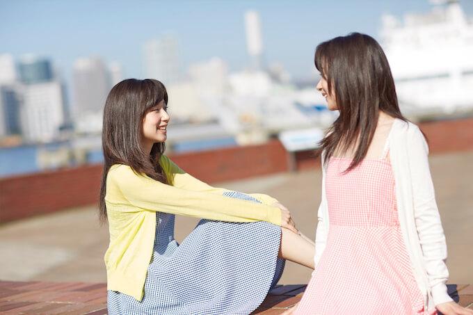 屋外で話す女性たち
