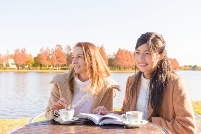 湖で話す女性